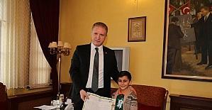 Sivas Vali Gül'den, ilkokul öğrencisine karne sürprizi