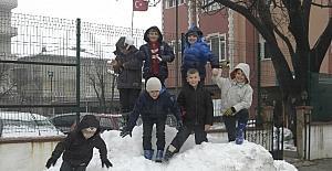 Tekirdağ'da öğrencilerin kartopu eğlencesi