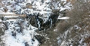 Tomara Şelalesinde kış güzelliği