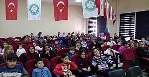 Ahmetli'nin şirin çocukları 'Şirinler' oyunuyla eğlendi