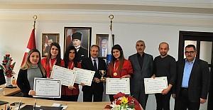 Başkan Akkaya, uluslararası yarışmada altın kazanan öğrencileri altınla ödüllendirdi