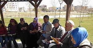 Ergani'de parkta kitap okuma etkinliği
