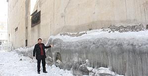 Hakkari'de binaların duvarları buz tuttu