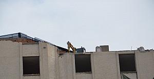 İş merkezinin yıkımı için iş makinesini binanın son katına çıkardılar