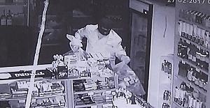 Marketteki hırsızlık anı güvenlik kamerasında