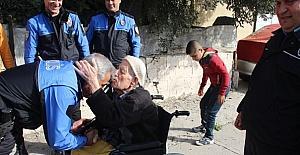 Toplum destekli polislerden yaşlı adama yardım eli
