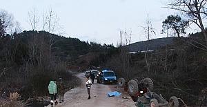 Traktör ile beton bariyerlerin arasına sıkışan sürücü öldü