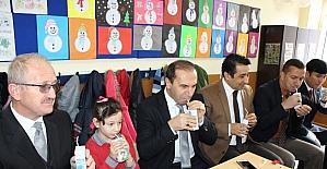 Vali ve müdürler öğrencilerle süt içti