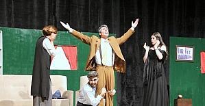 """7 Aralık Tiyatro Topluluğu """"Yalancı Aranıyor"""" oyununu sergiledi"""