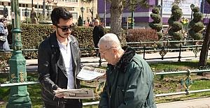 Ak Parti Gençlik Kolları öğrencileri Evet Gazetesi dağıttı