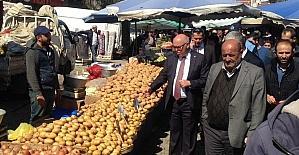 Başkan Eşkinat pazar esnafını tezgahları başında ziyaret etti