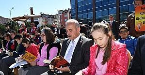 Belediyenin önünde kitap okudular