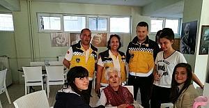 Burhaniye'de gönüllü torunlar huzurevini ziyaret etti