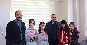 Çınar Koleji öğrencileri yüzme müsabakalarında il üçüncüsü oldu
