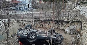 Duvarı aşıp aracı ile bahçeye düşen bayan sürücü ağır yaralandı