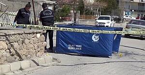 Eşini sokak ortasında tüfekle öldürdü