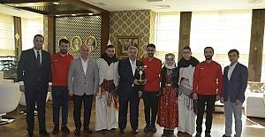 Halk oyunları ekibi kupalarını Başkan Baran'a takdim etti
