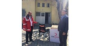 Kızılay yatalak hastaya tekerlekli sandalye hediye etti