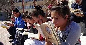 Kütüphane haftasını kitap okuyarak kutladılar