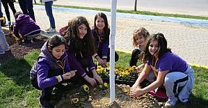 Nilüfer çocukların elleriyle çiçek açtı