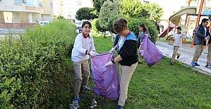 Ortaokul öğrencileri park temizliğinde