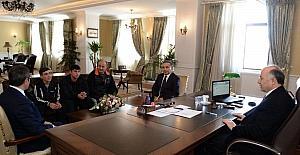 Şampiyon sporcular Vali Azizoğlu'nu ziyaret etti