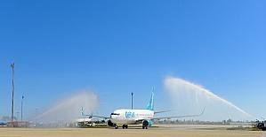 Sezonun 189 kişilik ilk İskandinav turist kafilesi Antalya'da törenle karşılandı