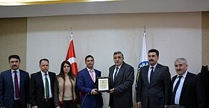 Üniversite senatosunda Başhekim Karsen'e plaket verildi