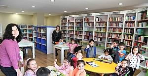 Anasınıfı öğrencileri, KOSHİM Kütüphanesi'nde