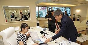 Başkan Türel koltuğunu çocuk başkana devretti