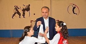 Başkan Üçok çocuklara mendil kapmaca oynattı