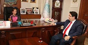 Başkan Yazgı koltuğunu öğrencilere bıraktı