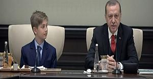 Cumhurbaşkanı Erdoğan koltuğunu Yiğit Türk'e bıraktı