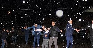 Kar yağışı altında düğün eğlencesi