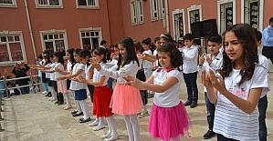 Minik öğrenciler işaret diliyle şarkı söyledi