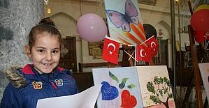 Minikler rengarenk dünyalarını 23 Nisan için tuvallere yansıttı