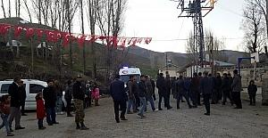 Şehidin Tatvan'daki köyü bayraklarla donatıldı