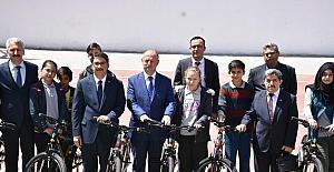 Şehzadeler 'de sporculara bisiklet desteği