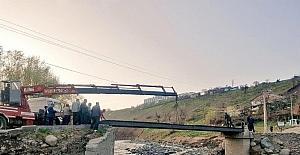 Selde yıkılan köprü yerine, yayalar için geçici köprü yapıldı