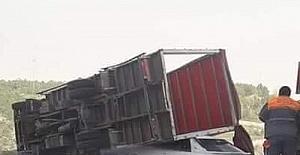 Şiddetli rüzgar kamyon devirdi