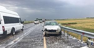 Bariyerlere çarpan otomobilin sürücüsü yaralandı