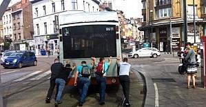 Brüksel'de arızalanan yolcu otobüsünü vatandaşlar itti