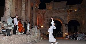 """Efes Antik Kenti'nde """"Göklerde Konuşulan Aşk"""""""
