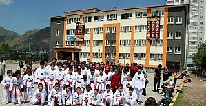 Karate kursu için okula gelen öğrenciler spor salonunun kapısı açılmayınca mağdur oldu