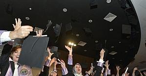 KMÜ'de Edebiyat ve Fen Fakültesi öğrencilerinin mezuniyet sevinci