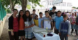 Küçük şair ilk şiir kitabını okulunda tanıttı