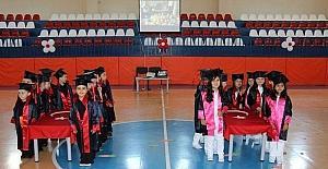 Türk bayrağı üzerine el koyarak ant içtiler