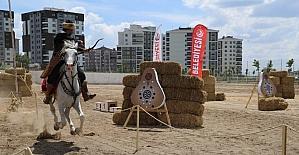 Uşak'ta atlı okçuluk yarışları nefes kesti