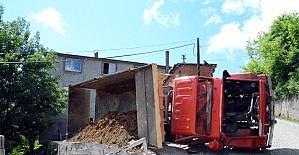 Zonguldak'ta toprak yüklü kamyon devrildi: 1 yaralı