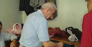 70 yaşındaki 45 yıllık Karadenizli terzi, gençlere taş çıkartıyor